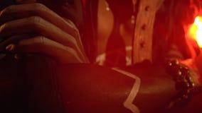 De medicijnman die een masker en een rituele kledij dragen bevindt zich in het rode licht, omhoog sluit stock videobeelden