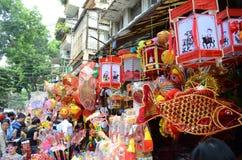 De medio de herfstlantaarn voor kinderen is voor verkoop op de straat Stock Afbeelding