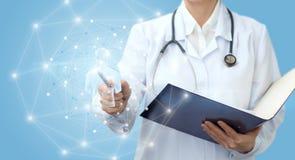 De medische arbeider toont het model van een mens stock afbeeldingen