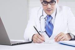 De medische arts maakt geneeskunderecept Stock Foto