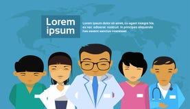 De medische Artsen groeperen Aziatisch Team Hospital World Map Background royalty-vrije illustratie