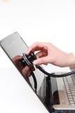 De medische artsenstethoscoop onderzoekt een computer Stock Fotografie