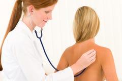 De medische artsenstethoscoop onderzoekt vrouwenpatiënt stock foto