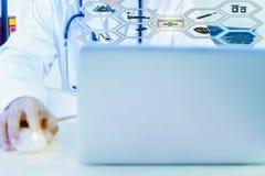 De medische beroeps gebruiken computer aan onderzoek en analyseren en registreren geduldige informatie, stethoscoop stock fotografie