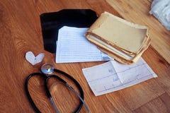 De medische geschiedenis, ECG, licht door, analyseert en stethoscoop Stock Afbeeldingen