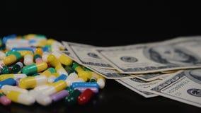 De medische pillen zijn op de dollars Dure drugs, farmaceutische zaken De ontwikkeling en de productie van drugs stock footage