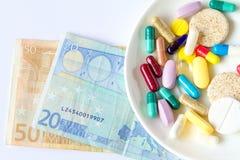 De medische pillen zijn op een geld stock fotografie