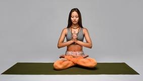 De meditatie in lotusbloem stelt Royalty-vrije Stock Foto's