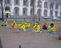 De meditatie van de yoga, mensen in gele jasjes, royalty-vrije stock foto's