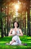 De meditatie van de yoga in park Stock Foto's