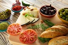 De mediterrane kaas van de olieolijven van het voedselbrood Stock Afbeeldingen