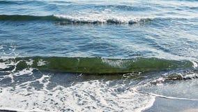 De mediterrane strandgolven op strand bij het eavning van tijd, zonlicht overdenken waterspiegel Fuengirola, Spanje stock video