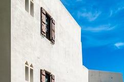 De mediterrane witte bouw Stock Afbeeldingen
