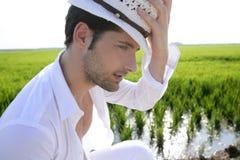 De mediterrane witte hoed van het mensenportret inmeadow Stock Afbeeldingen