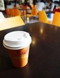 De meeneemkop van de koffie op de lijst van de campuskoffie Stock Foto's