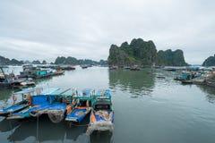 De meertrosjachthaven, Ha snakt Baai, Quang Ninh Province, Vietnam Stock Foto's