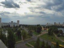 De meeslepende wolken, timelaps over de stad van Gomel in Wit-Rusland stock footage