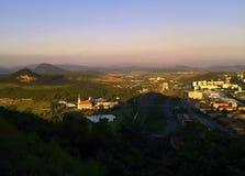 De meesten, Tsjechische republiek - 07 Juli, 2012: het vooruitzicht van kasteel noemde Hnevin aan de Meeste stad met de kerkduri  Royalty-vrije Stock Foto's