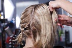 De meester de kapper doet hairdress stock afbeelding