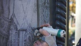 De meester graveert manueel het pictogram op de steen stock footage