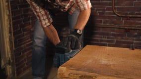 De meester is polijstenranden van houten raad die elektro malende machine met behulp van stock footage