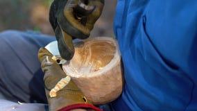 De meester snijdt een mok uit hout Koekjes van berk, close-up stock footage