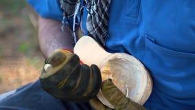 De meester snijdt een mok uit hout Koekjes van berk, close-up stock videobeelden