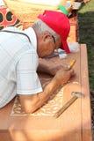 De meester snijdt Kazakh nationaal ornament op de borst royalty-vrije stock foto's