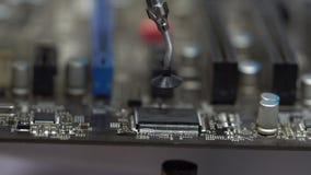 De meester verwijdert soldeersel stock footage