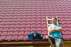 De meester zit op de treden tegen het dak, de plaats voor de inschrijving royalty-vrije stock foto