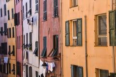 De meetkunde van het achtergrond muur heldere rode oranje huis textuurvensters royalty-vrije stock afbeeldingen