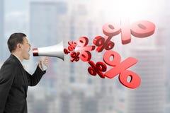 De megafoon van de mensengreep met percentagetekens die uit bespuiten Stock Afbeelding