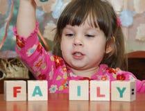 De meisje en stuk speelgoed kubussen Royalty-vrije Stock Foto's