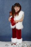 De meisje ontvangen gift van Kerstmis Stock Foto