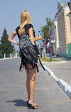 De meisje-reiziger met een rugzak in de straat Stock Fotografie