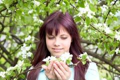 De meisje-tiener greep in hand tak met bloem Stock Afbeelding