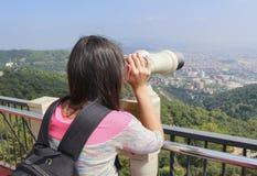 De meisje-toerist bekijkt de stad Royalty-vrije Stock Fotografie