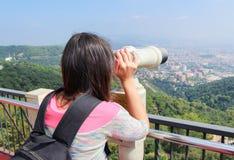 De meisje-toerist bekijkt de stad (Barcelona) Royalty-vrije Stock Foto