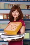 De meisje-verkoper van een fotografische leveringsopslag Stock Foto's