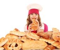 De meisjekok eet brood stock afbeeldingen
