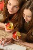 De meisjes bekijken het schermlaptop Stock Foto's