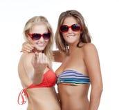 De meisjes in bikinibovenkanten het tonen komen op gebaar royalty-vrije stock foto's