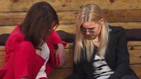 De meisjes controleren informatie in notitieboekje stock footage