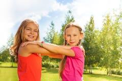 De meisjes dansen in het park Stock Foto's