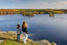 De meisjes in de herfst halen over Stock Foto's