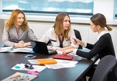 De meisjes debatteren en communiceren in het bureau Royalty-vrije Stock Fotografie