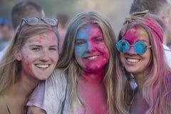De meisjes is deelnemers van cultureel en muziekfestival Sziget in Boedapest, Hongarije Stock Fotografie
