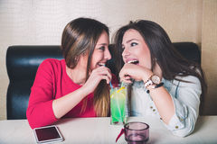 De meisjes delen fruitcocktail Stock Afbeeldingen