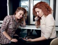 De meisjes die in cel zien telefoneren Royalty-vrije Stock Afbeeldingen