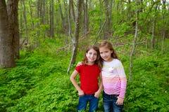De meisjes die van de kinderenvriend op het bos van het wildernispark spelen royalty-vrije stock foto's